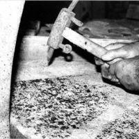 Piquage de la meule par Albert Lapeyre avec le marteau à pointerolle