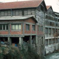 Moulin vu de la rivière vers l'aval