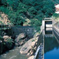 Barrage du Moulin Haut, au fond usine de Montlédier