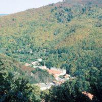 Saint-Sauveur au 1er plan, usine Darmais de la Resse au 2nd plan : plan large