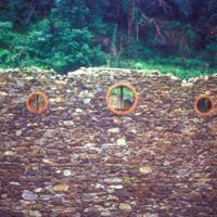 Mur et trois orifices circulaires, rive gauche