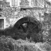 Le Moulin-Bas : façade nord avec roue de face