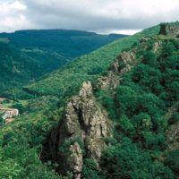Au téléobjectif : le mur du château, les rochers, la vallée.