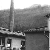 Entrée avec cheminée et ancienne église sur la hauteur