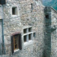 Façades dans le village : mur et fenêtres
