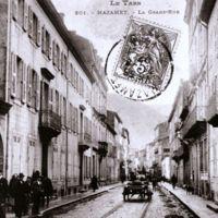 Carte postale de Mazamet : la Grand-Rue. A gauche, entrée de l'enclos Barbey