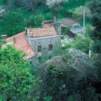 Dans le village, maisons, une tour, filets de protection