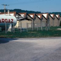 Réservoir de gaz, bâtiments en shed