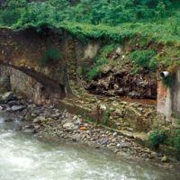 Pont de Laquière rive gauche : pont et vestiges de l'usine