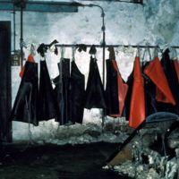 Banc de pelage et tabliers des ouvriers