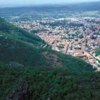 Vue générale de la ville prise d'Hautpoul, au premier plan ruines de Saint-Sauveur
