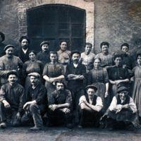 photographie de Cécile Moutou et groupe d'ouvriers du délainage