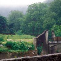 Pont et portail de l'usine: depuis la route