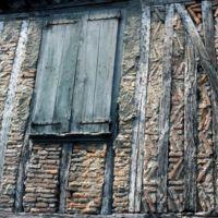Rue du Moulin : détail d'une façade ancienne