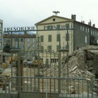 Travaux de démolition de l'Apollo : vu devant le portail de la Trésorerie Principale