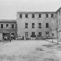 Fabrique Boudou (derrière le Cours). Magasins (au centre). Bureaux (à droite) et ouvriers.