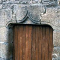 Façades dans le village : détail du linteau d'une porte de maison