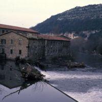 Le barrage et l'usine vue du Thoré : plan avec colline derrière