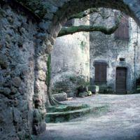 Façades dans le village : porte du village et porte de maison, plan serré