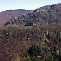 Ruines de Saint-Sauveur et le village d'Haupoul, vues du Plo de Bise : et le sentier Cormouls