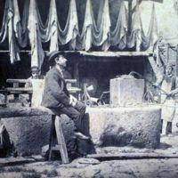 Ouvriers dans la cour de la fabrique