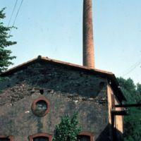 Bâtiment et cheminée biscornue