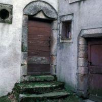 Façades dans le village : portes de maisons