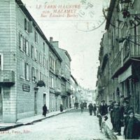 Carte postale de Mazamet : la Grand-Rue. A gauche, vespasienne
