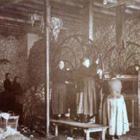 Femmes travaillant au pressoir à laines