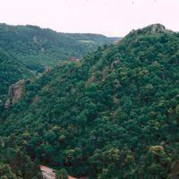 Hautpoul vu de Saint Sauveur : la vallée, le village, avec Arnette