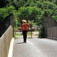 Robin Adamson au portail de Saint-Sauveur