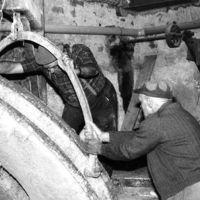 Remise en place du volant par Albert Lapeyre et Paul Puech (de gauche à droite) : déplacement du volant