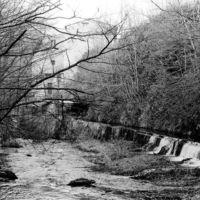 Vue de l'amont vers l'aval, canal d'amenée et usine