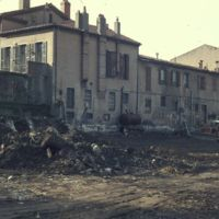 A gauche les bâtiments Cormouls-Houlès