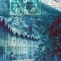 Carte postale : Les Clauzes vue de la route, de l'amont vers l'aval: bleu-vert
