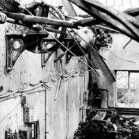 Détails dans des ruines d'usine, rue de la Vanne : restes de mécanismes au mur