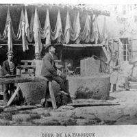 La Fabrique de Boudou : Cour de la Fabrique Boudou et ouvriers.
