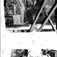 Engrenages: engrenage de la grande et petite couronne, chaîne de la mélangeuse, ancien axe du deuxième jeu de meule au premier plan