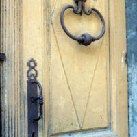 Porte de maison, rue du Galinié : détail de la porte : le heurtoir