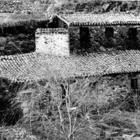 Bâtiment en ruines près du pont