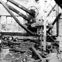 Détails dans des ruines d'usine, rue de la Vanne : restes d'appareils sur le sol