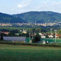 Mazamet vue du Pont-de-l'Arn : terrain de sport au premier plan