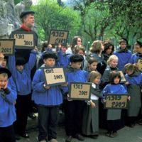 Mazamet, manifestation pour le centenaire (1909-2009) : regroupement des enfants pour une photographie