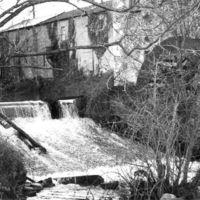 Le Moulin-Bas : façade côté Thoré avec roue et barrage