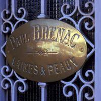 """""""Plaque sur une porte mentionnant """"Paul Brenac, laines et peaux"""""""