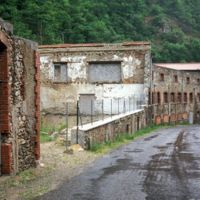Ruines vue de la route, de l'amont vers l'aval