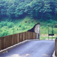 Pont et portail de l'usine