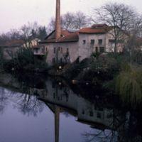 L'usine et son reflet dans la rivière
