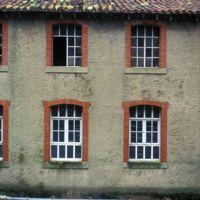 Façade avec fenêtres de Trois Lunes rive gauche aval