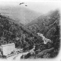 Carte postale: route des usines, Sluomroc au 1er plan